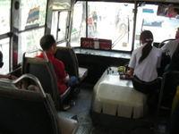 赤バス車内