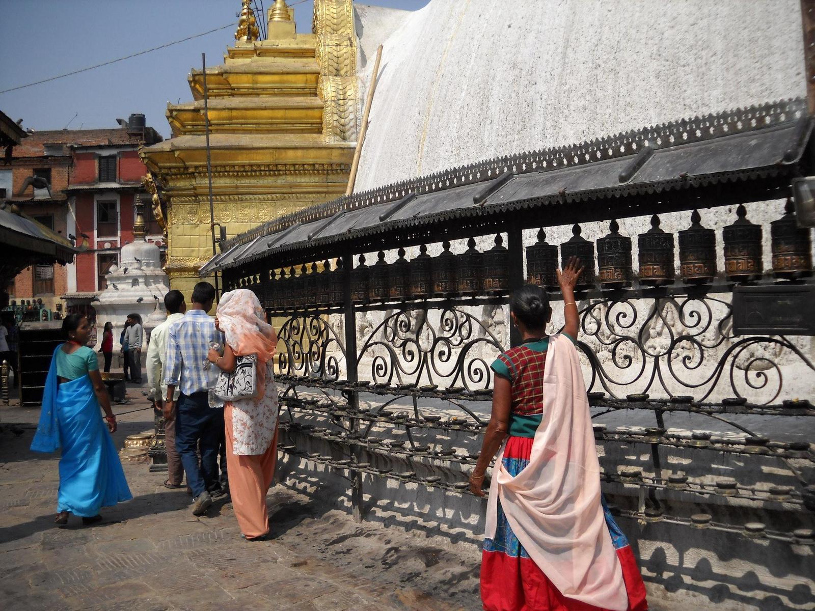 ストゥーバを時計回りに廻る仏教徒