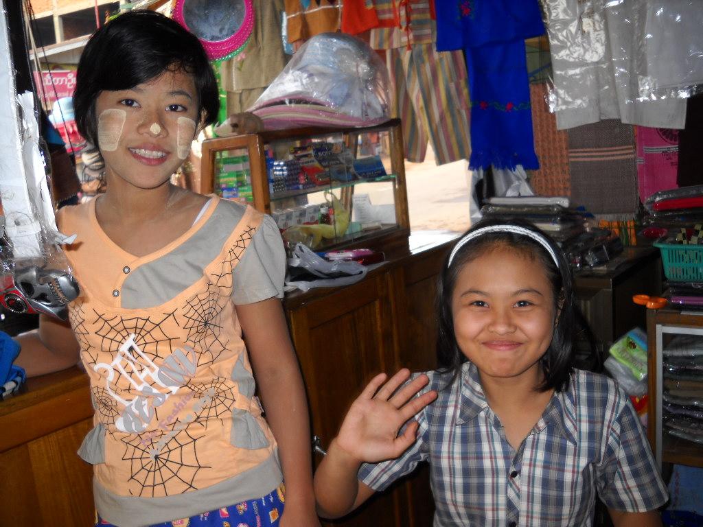 タナカを塗ったミャンマー人のおねーちゃん