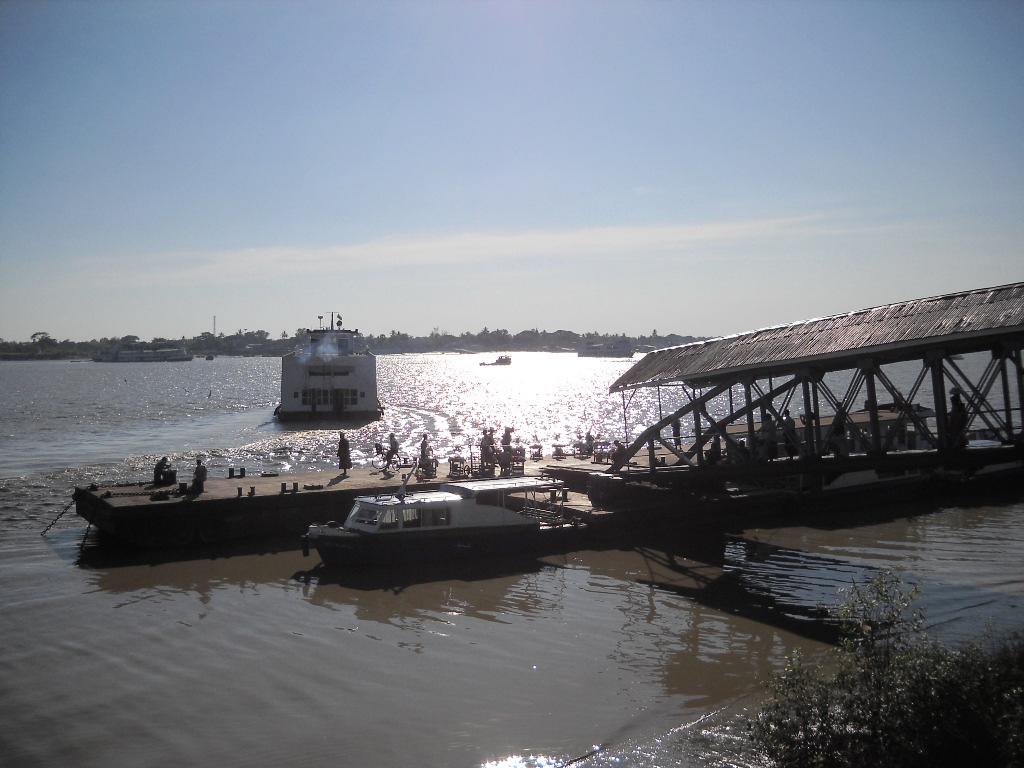 ヤンゴン川の渡し舟