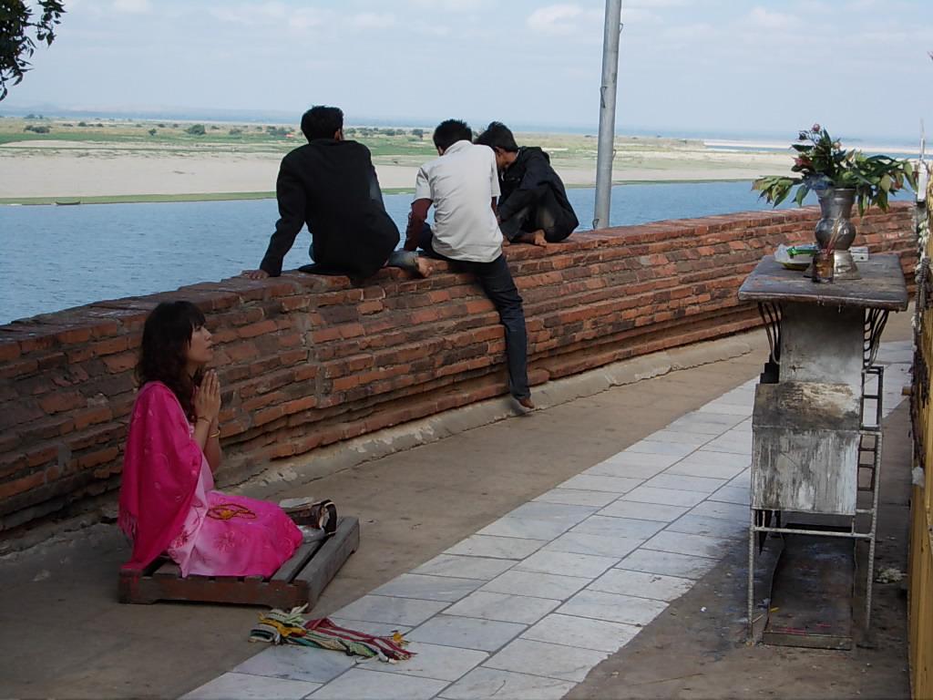 お祈りをするミャンマー人女性