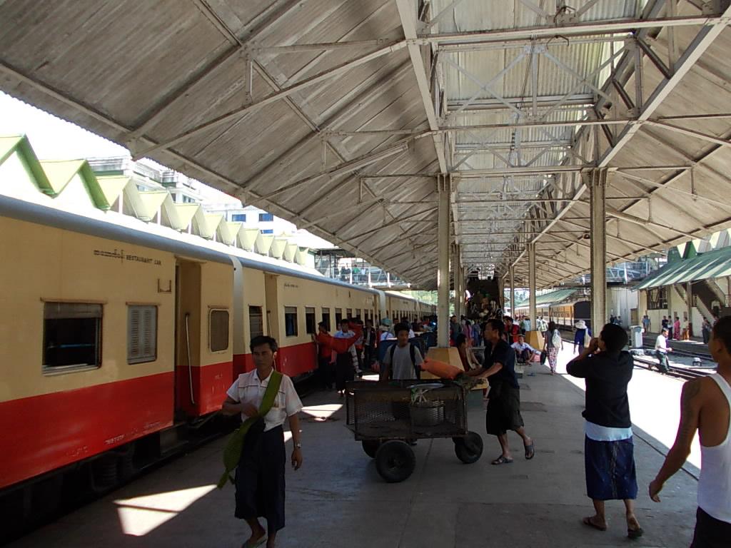 ヤンゴン駅