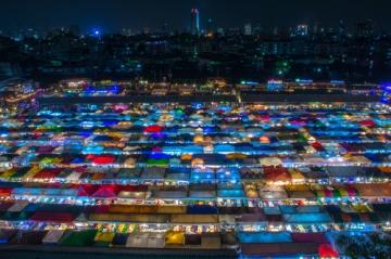 タラート・ロットファイ・ラチャダーの夜景